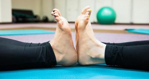 Демонстрация разного уровня гибкости на примере голеностопного сустава у двух разных людей