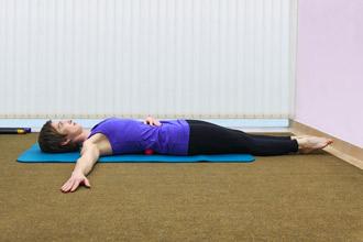"""Упражнение 2 на проверку техники пилатес """"движение под дыхание"""" - положение 1"""