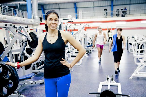 Тренажерный зал - идеальное место для тренировок для каждой девушки, несмотря на распространенные ложные заблуждения про силовой тренинг
