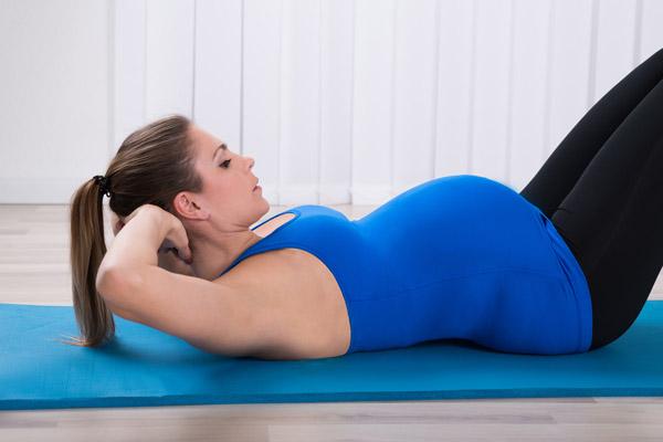 Иллюстрация невозможности качать пресс беременным на больших сроках в связи с физиологическими изменениями - ростом живота