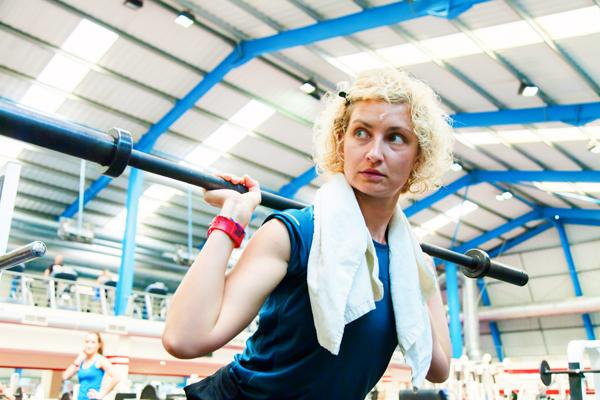 Тренажерный зал и тренировки с отягощениями особенно рекомендуются женщинам для профилактики остеопороза